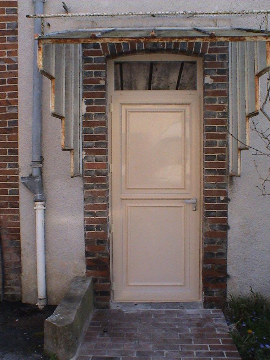 Porte pvc ivoire porte de service ouverture sur exterieur imposte vitr ronch res for Porte exterieur en pvc